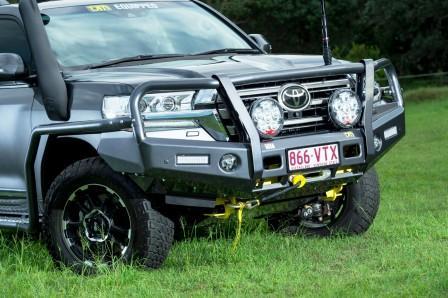 tjm-t13-outback-bull-bar-steel-toyota-landcruiser-200-series-2015-plus-front-closeup